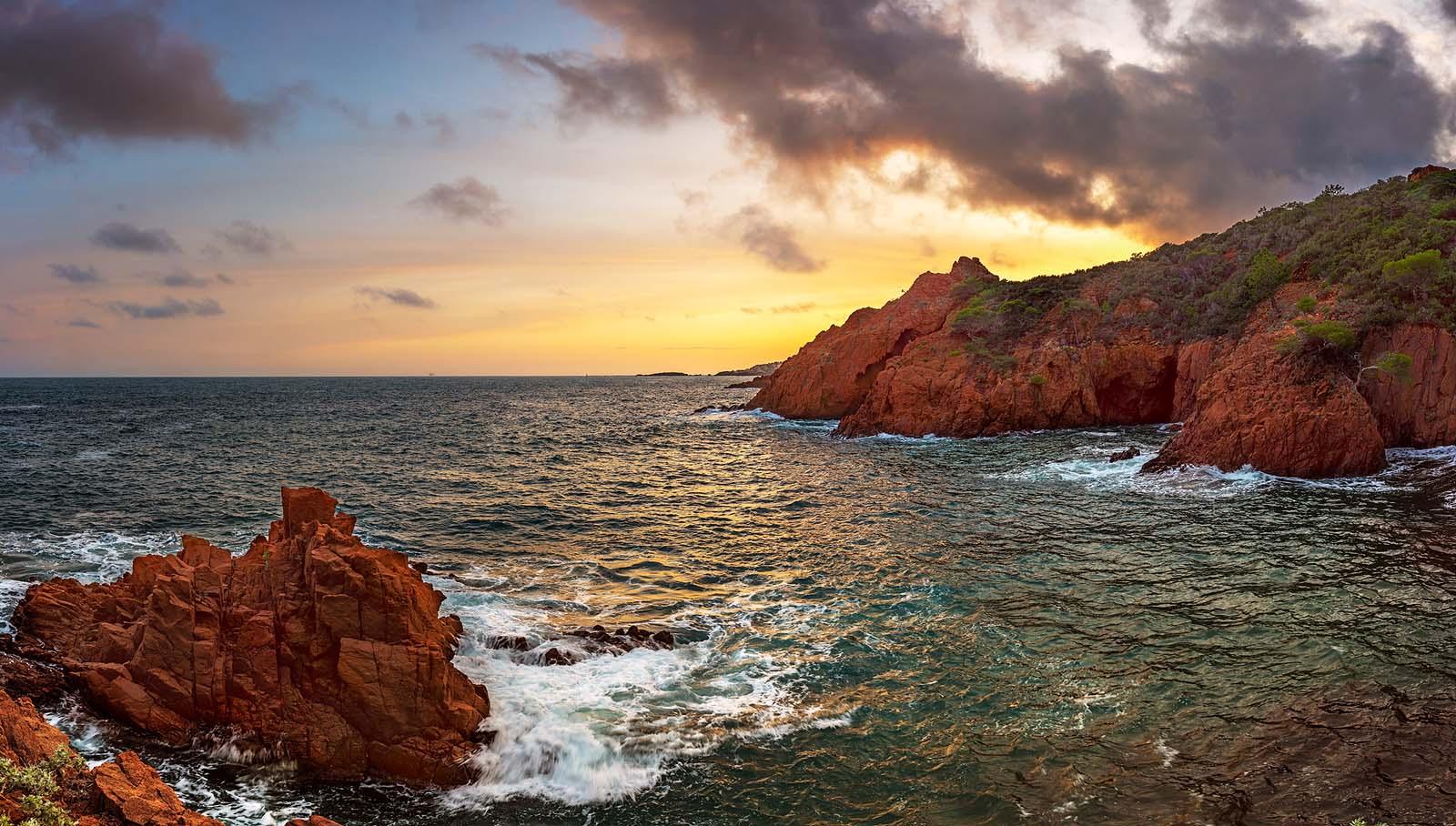 Esterel, Cote d'Azur: Farbenspiele am Cap du Dramont. Zweizeiliges Panorama, zusammengesetzt aus 9 Aufnahmen. Originalgröße 160x90 cm | © Reinhard Podolsky
