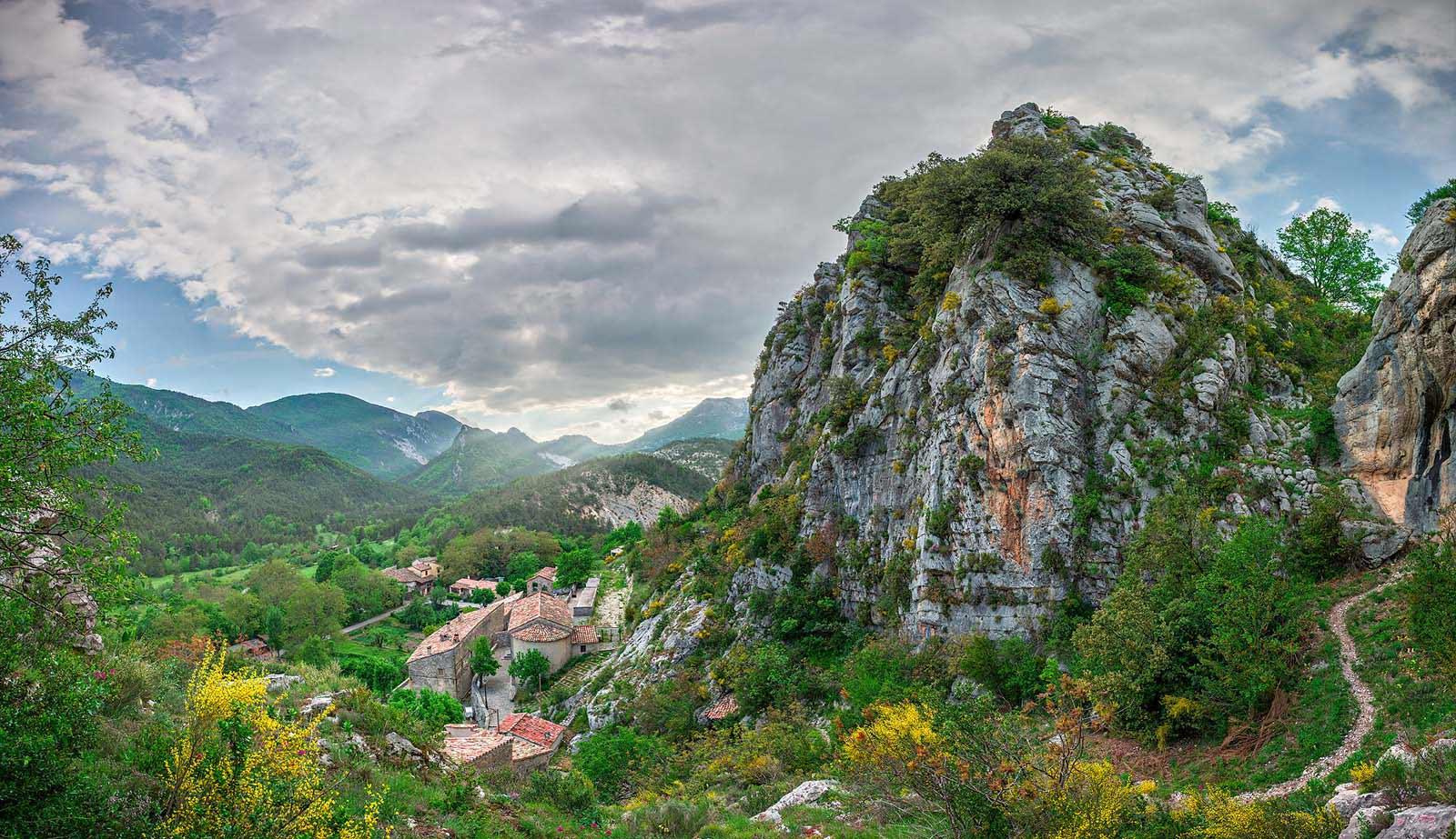Gars, Alpes-Maritime, Provence: Frühlingsabend im duftenden Thymian. Zweizeiliges Panorama, zusammengesetzt aus 44 Aufnahmen. Originalgröße 210x120 cm | © Reinhard Podolsky