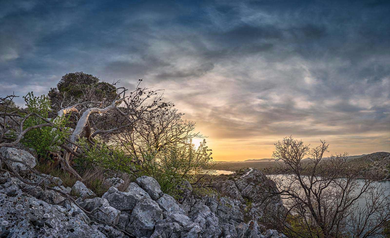 Sibenik, Kroatien: Sonnenuntergang am Kanal Sveti Ante. Einzeiliges Panorama, zusammengesetzt aus 16 Aufnahmen. Originalgröße 150x90 cm | © Reinhard Podolsky