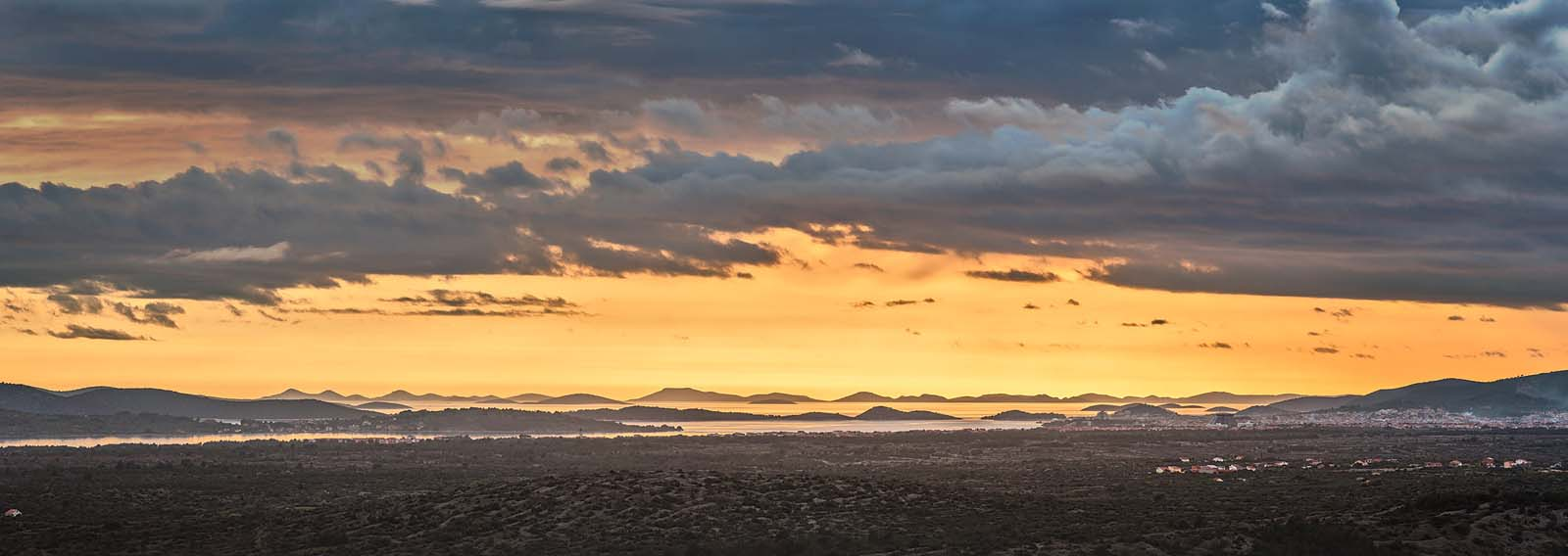 Kornaten, Kroatien: Dramastimmung über den südlichen Kornaten bei Sibenik. Einzeiliges Panorama, zusammengesetzt aus 16 Aufnahmen. Originalgröße 280x105 cm | © Reinhard Podolsky