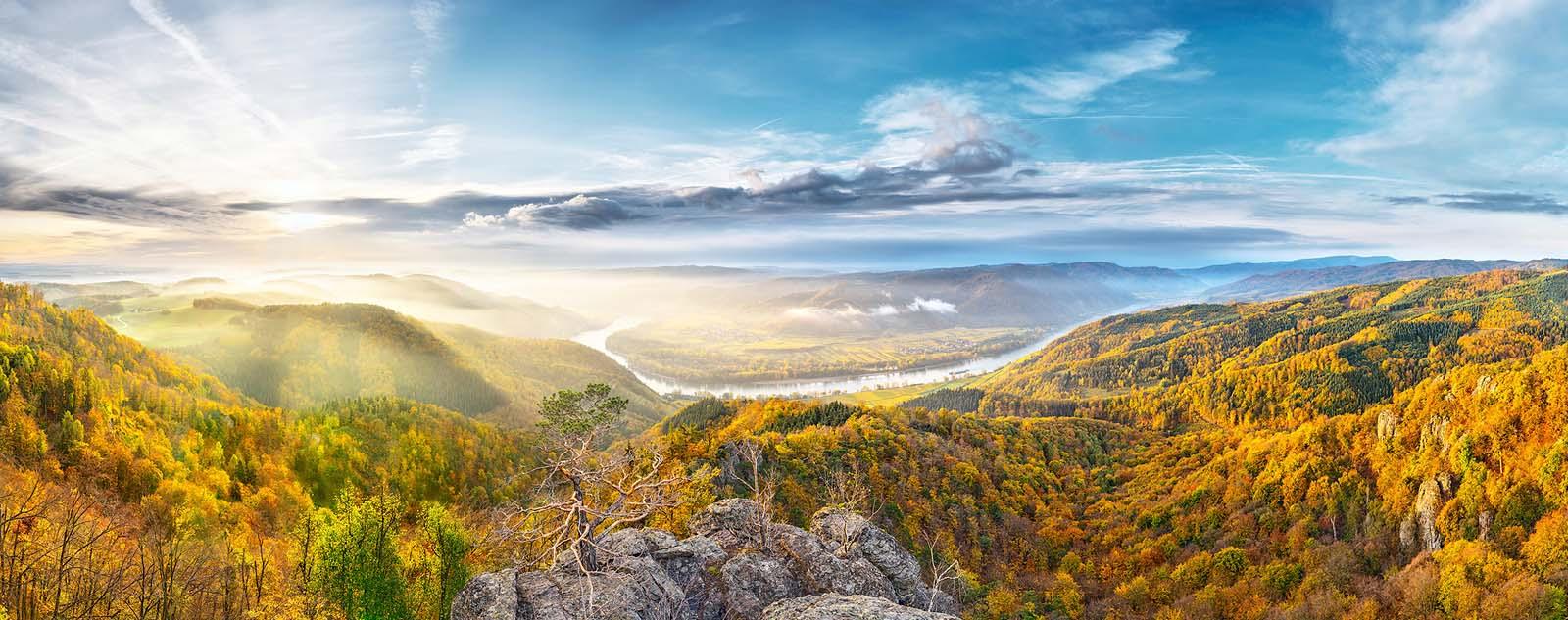 Weltkulturerbe Wachau, Österreich: Herbstliche Morgenstimmung in der Wachau. Zweizeiliges Panorama, zusammengesetzt aus 104 Aufnahmen. Originalgröße 430x170 cm | © Reinhard Podolsky