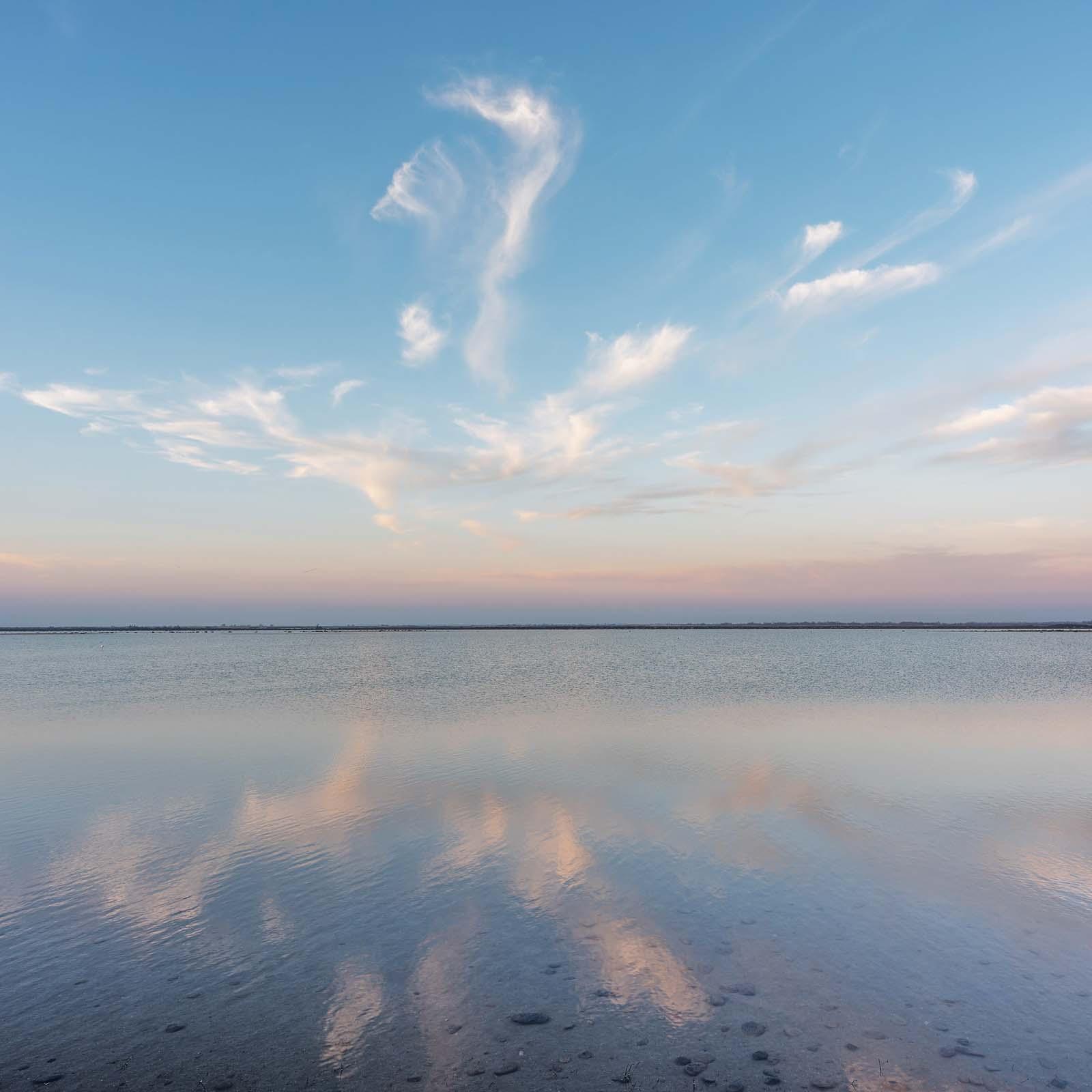 Camargue, Provence: Stille nach dem Sonnenuntergang im Vogelparadies. Einspaltiges Panorama, zusammengesetzt aus 5 Aufnahmen. Originalgröße 100x100 cm | © Reinhard Podolsky