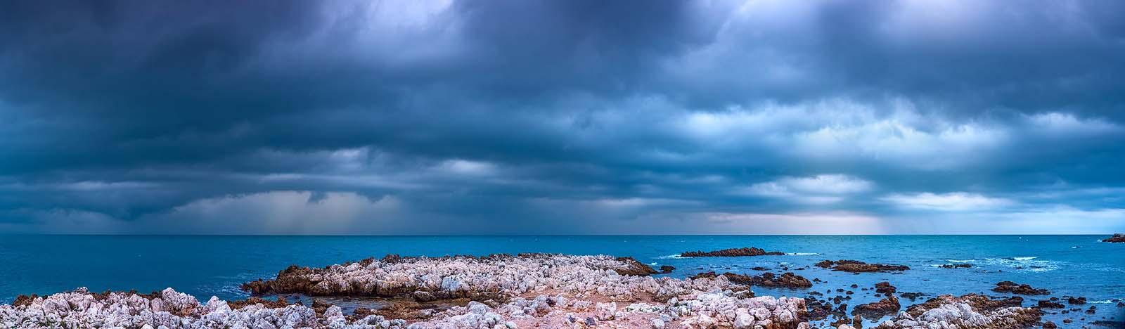 Cap d'Antibes, Cote d'Azur: Vor dem Sturm. Einzeiliges Panorama, zusammengesetzt aus 9 Aufnahmen. Originalgröße 270x80cm | © Reinhard Podolsky