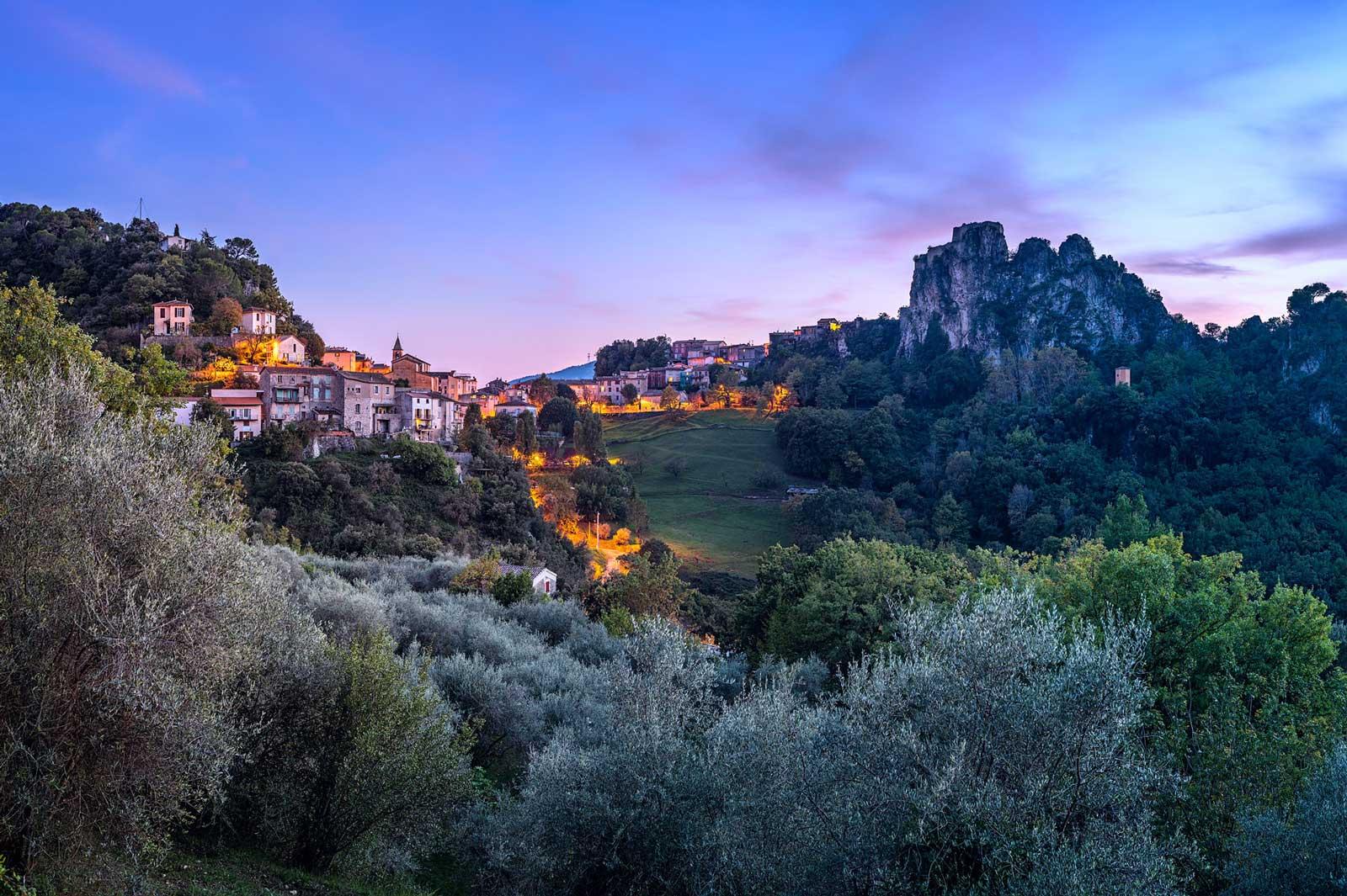 Gilette, Alpes-Maritime, Provence: Nach Sonnenuntergang. Zweizeiliges Panorama, zusammengesetzt aus 8 Aufnahmen. Originalgröße 130x80 cm. | © Reinhard Podolsky