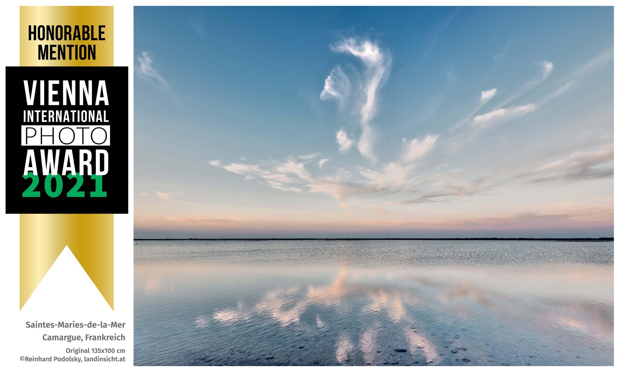 """VIEPA-Auszeichnung für Reinhard Podolskys Landschaftsportrait """"Saintes-Maries-de-la-Mer"""" – ein herausragender Blick von der Küste der Camargue ins spiegelglatte Meer."""